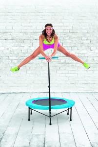 Des sauts acrobatiques sur mini trampoline